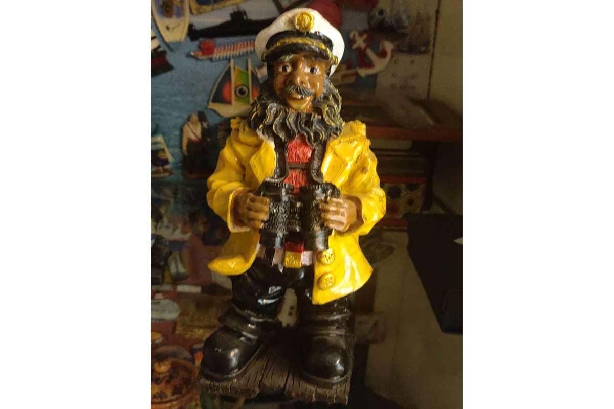 Sarı Ceketlı Korsan Kaptan