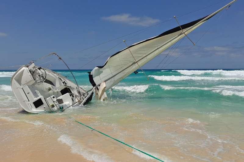 Kaza Yapan Bir Tekneye Yardım Etme