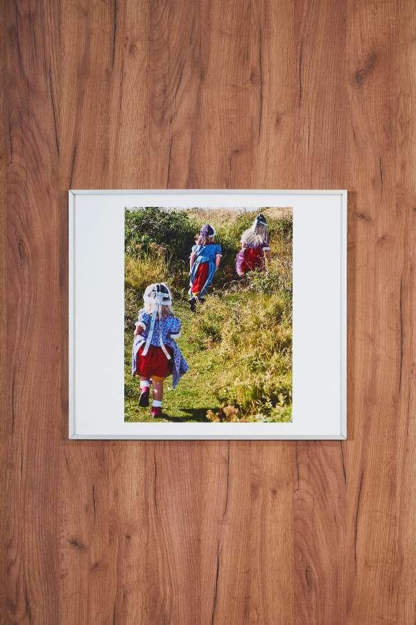 Su Üstünde Kırda Koşan Üç Çocuk Orta Boy Tablo
