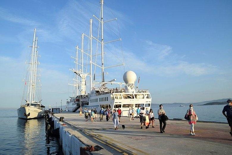 Lüks Yelkenli Kruvaziyer Gemiler Kuşadası Limanı'na Demirledi!